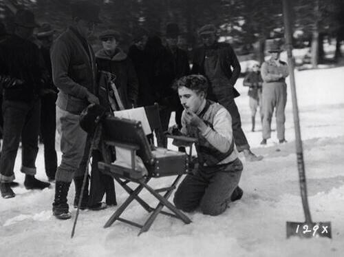 charlie-chaplin-si-trucca-nel-set-di-the-gold-rush-1924