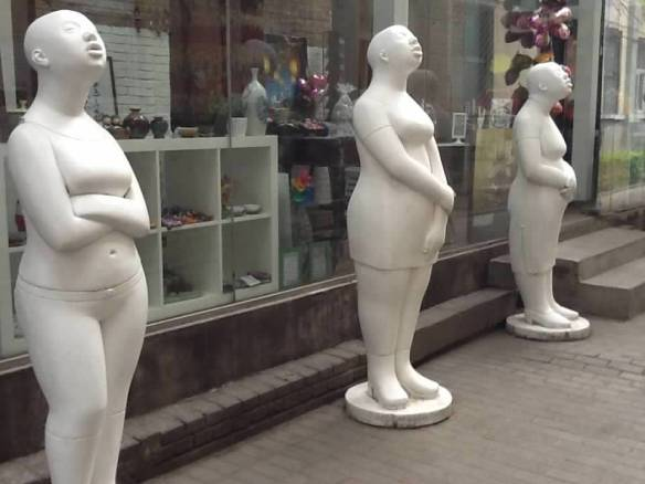 scupture white ladies